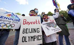 Une trentaine de personnes membre d'une coalition représentant des Tibétains, des Ouïghours, des Mongols du Sud, des Hongkongais, des Taïwanais et des défenseurs des droits chinois, se sont rassemblées le 23 juin à Boston aux Etats-Unis pour protester contre l'organisation des Jeux olympiques de 2022 par la Chine.