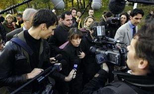"""La secrétaire d'Etat à la politique de la Ville Fadela Amara a plaidé vendredi à Clichy-sous-Bois et Montfermeil pour un désenclavement rapide de ces deux villes, où elle a dû se défendre d'être """"venue faire la belle"""" avec les caméras."""