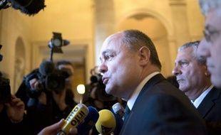 Le patron des députés socialistes, Bruno Le Roux, et le maire de Paris, Bertrand Delanoë, ont souhaité jeudi que le non-cumul des mandats puisse s'appliquer dès les élections municipales de 2014.