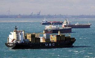 Des navires de marchandise dans le port de Martigues, dans le sud de la France, le 17 octobre 2010