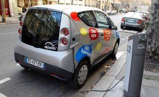 Deux poids lourds du véhicule électrique en France, le constructeur Renault et le groupe Bolloré, qui exploite notamment le système d'autopartage parisien Autolib, ont annoncé vendredi qu'ils s'alliaient pour se développer ensemble dans un secteur en croissance mais toujours marginal.