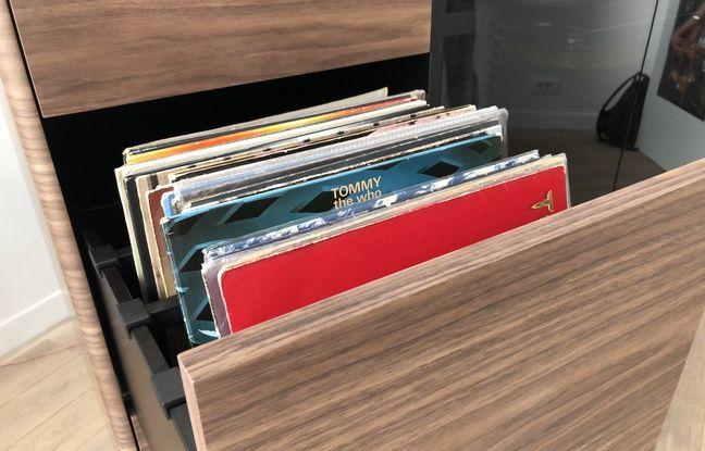 Les tiroirs de rangement peuvent contenir jusqu'à 200 disques vinyle.