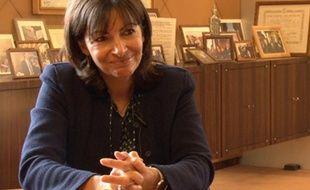 Capture d'écran de l'interview vidéo d'Anne Hidalgo sur la place des réseaux sociaux en politique.