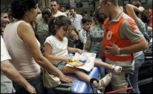 Un premier groupe de rapatriés français, environ 450 sur les 750 évacués par ferry vers Chypre lundi soir, est arrivé à Paris par avion mardi soir. En tout, quelque 8.000 ressortissants français ont demandé à quitter le Liban.