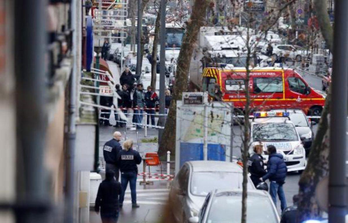 Policiers et pompiers sur le lieu de la fusillade le 8 janvier 2015 à Montrouge – Thomas Samson AFP