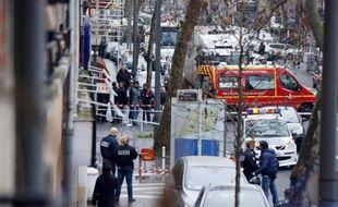 Policiers et pompiers sur le lieu de la fusillade le 8 janvier 2015 à Montrouge