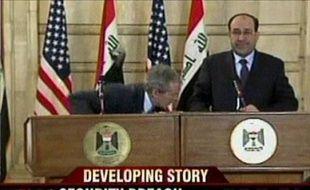 """En pleine conférence de presse, Mountazer al-Zaïdi s'était levé et avait crié au président américain qui effectuait une dernière visite en Irak avant son départ de la Maison Blanche: """"c'est le baiser de l'adieu, espèce de chien"""", avant de lui lancer ses chaussures."""