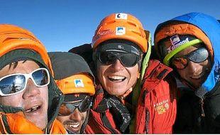 Les quatre amis, tout sourire, après avoir atteint le sommet en trois jours.