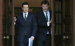 Le ministre des Finances britannique George Osborne (g) et le secrétaire en chef au Trésor Danny Alexander sortent du Parlement à Londres le 3 décembre 2014