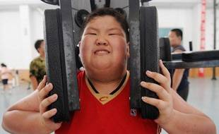Un jeune Chinois fait de l'exercice dans un camp de vacances réservé aux obèses à Shenyang, le 3 août 2009.