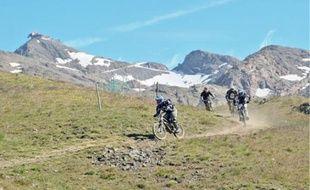 Le domaine VTT offre des paysages très variés, entre neige, pierre et alpages