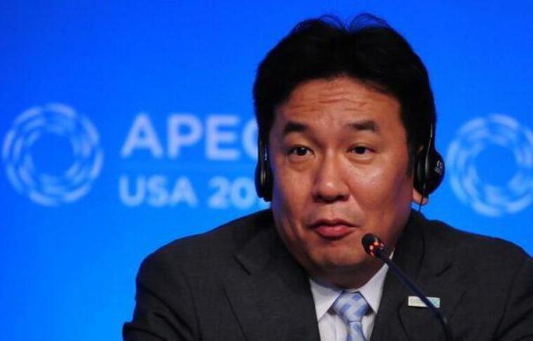 """Le ministre japonais de l'Industrie s'est dit mardi opposé au plan de la compagnie gérante de la centrale accidentée de Fukushima de rejeter en mer de l'eau """"faiblement radioactive"""" dans les prochains mois faute de capacité de stockage."""