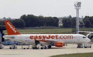 Une grève illimitée des hôtesses et stewards d'Easyjet, déclenchée mercredi, a perturbé le trafic aux aéroports d'Orly, Roissy et Lyon avec des annulations de vols et des retards, a-t-on appris de sources concordantes.