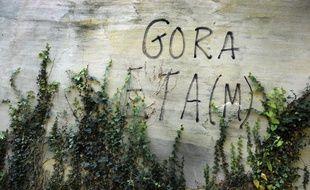 Un graffiti sur le mur d'une ferme du Pays basque appelant à la fin de l'action militaire d'ETA, le 14 octobre 2011.