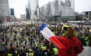 Des manifestants à la Défense à Paris, samedi 6 avril 2019.