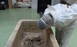 Deux crânes humains ont été retrouvés dans le premier sarcophage.
