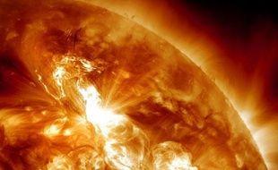 La plus forte éruption solaire depuis 2005 a commencé à frapper la Terre, bombardant notre planète de particules magnétiques qui pourraient perturber les communications par satellite, ont annoncé lundi les autorités américaines.