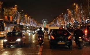 Les illuminations de Noël sur les Champs Elysées à Paris, le 22 novembre 2010.