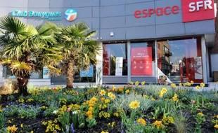 Une boutique de Bouygues Telecom à côté d'une autre de SFR, à Dunkerque le 1er avril 2014