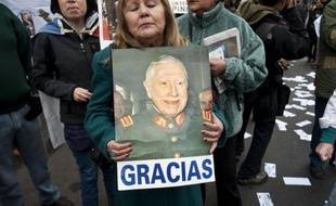 """""""Merci, merci Pinochet! Vous avez été un grand président"""", chante une femme avec conviction sur l'air de Lili Marleen : les derniers """"pinochétistes"""" défendent avec passion l'ex-dictateur chilien, nostalgiques d'une oeuvre qui, selon eux, n'est pas reconnue."""
