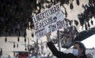Un manifestant à Marseille lors de l'hommage rendu à Samuel Paty, le 18 octobre 2020.