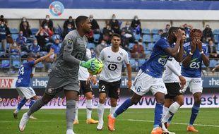 Jean-Eudes Aholou et Mohamed Simakan dépités : le Racing a eu des occasions mais n'a pas marqué ce dimanche contre Lille.
