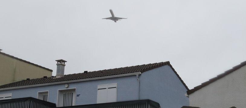 Les avions survolent des habitations quartier des Couëts, à Bouguenais
