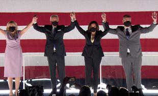 De gauche à droite: Dr Jill Biden, le président des Etats-Unis Joe Biden, la vice-présidente Kamala Harris et son époux, l'avocat Douglas Emhoff