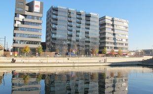 Hikari est un ensemble de trois bâtiments de 12800m2. Il consomme 50% de moins que les normes actuelles.