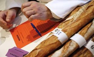 Un des membres du jury, chargé de décerner le Grand Prix de la baguette de Paris, le 17 mars 2016.