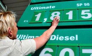 Les prix à la pompe ont reculé globalement de 6 centimes la semaine dernière, suite aux mesures du gouvernement français pour faire baisser le coût des carburants, attestent les relevés hebdomadaires publiés lundi soir par le ministère de l'Ecologie et de l'Energie.