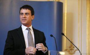 Le ministre de l'Intérieur Manuel Valls a fait part mercredi de l'intérêt des caméras à la boutonnière de l'uniforme des forces de l'ordre, filmant les interpellations, dont l'expérimentation est en cours.