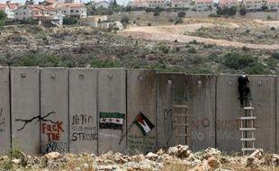 La justice israélienne a demandé au ministère de la Défense de justifier le tracé de la barrière de séparation en Cisjordanie qui menace deux sites emblématiques palestiniens, le village de Battir et la vallée de Crémisan, selon des documents judiciaires obtenus mardi par l'AFP.