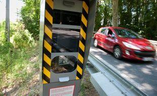 Le radar automatique contrôle la vitesse des automobilistes. (illustration)