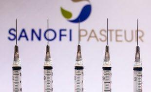 Le logo de Sanofi devant des doses de vaccin. (illustration)