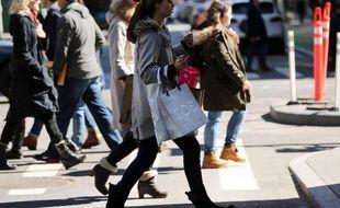 Des passants font leurs emplettes à Manhattan, New York, le 12 mars 2015