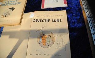 Un exemplaire d'«Objectif Lune» , signé par l'equipage d'Apollo XI.