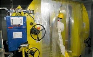 Maîtriser l'irradiation et la contamination du personnel est un défi quotidien que livre la centrale.La machine de serrage et de desserrage des goujons en action, avant l'opération de contrôle de la cuve du réacteur.