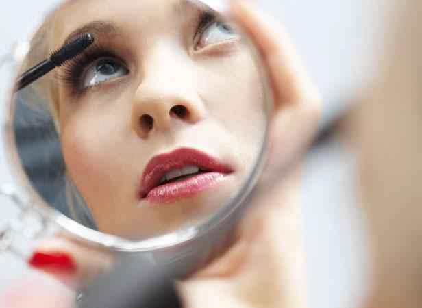 """Résultat de recherche d'images pour """"femme qui se maquille"""""""