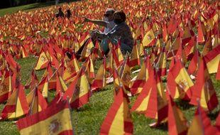 A Madrid, des drapeaux espagnols en hommage aux morts du coronavirus