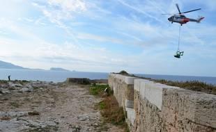 Marseille 15 SEPTEMBRE 2014 l'Inrap mène des fouilles préventives au chateau d'if où le matériel arrive en hélicoptère