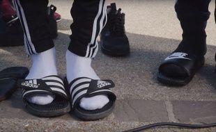 Les claquettes-chaussettes sont désormais à la mode...