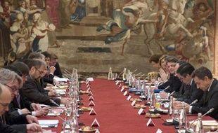 """François Fillon a annoncé lundi qu'il avait écrit aux partenaires sociaux pour leur demander d'aboutir à un accord d'ici """"deux mois"""" sur la flexibilité du travail, faute de quoi le gouvernement élaborera un projet de loi qui ne sera toutefois pas examiné avant la présidentielle, en raison du calendrier serré."""