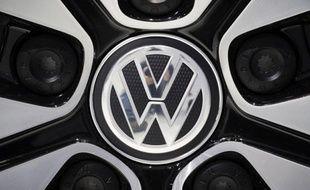 Le premier constructeur automobile européen, l'allemand Volkswagen, va vendre cette année dans le monde jusqu'à 140.000 véhicules de moins que prévu initialement, a indiqué le président de son comité d'entreprise au journal Handelsblatt paru vendredi.