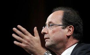 La proposition de François Hollande de bloquer les prix de l'essence et de relancer la TIPP flottante a été rejetée jeudi par le gouvernement et les industriels du pétrole, et accueillie avec circonspection par les associations de consommateurs.