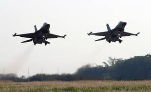 Deux avions de combat F-16 - Illustration
