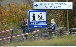 Un panneau indique la direction d'un café internet à Huuru, un village estonien proche de la capitale, Tallinn.