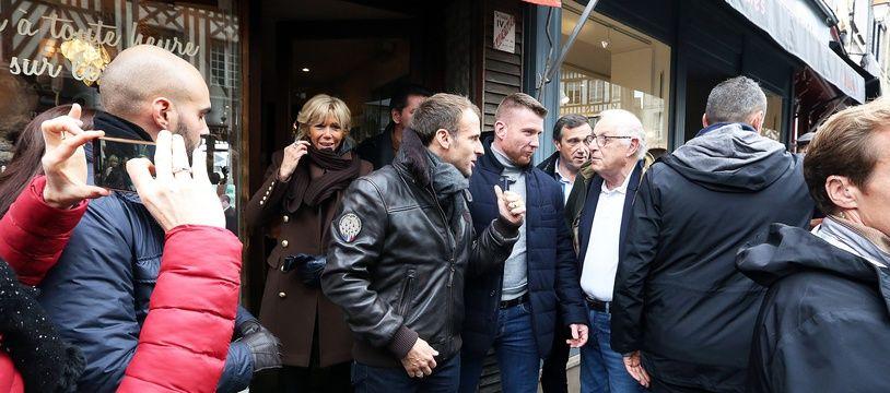 Emmanuel Macron a sorti le cuir pour sa balade dans les rues d'Honfleur jeudi 1er novembre.