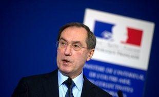 """Le ministre de l'Intérieur Claude Guéant a démenti jeudi que """"la DCRI soit un instrument politique au service du pouvoir"""", comme l'affirme un livre publié jeudi qui accuse le patron du renseignement intérieur français d'être """"instrumentalisé"""" par l'Elysée."""