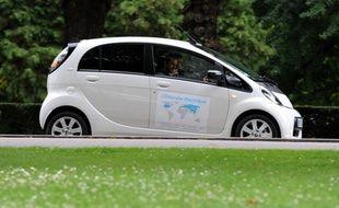Le constructeur d'automobiles japonais Mitsubishi Motors a indiqué mercredi avoir arrêté temporairement de livrer des voitures électriques à son homologue français PSA Peugeot Citroën.